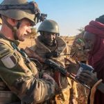 French troops discuss with Malian civilian - Photo E-International Relations