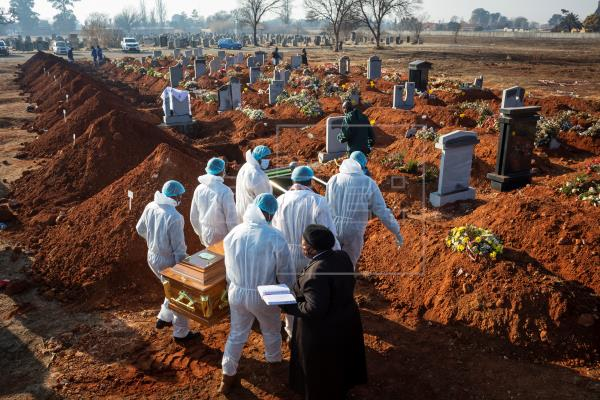 Funeral workers in South Africa - Photo Agencia EFE