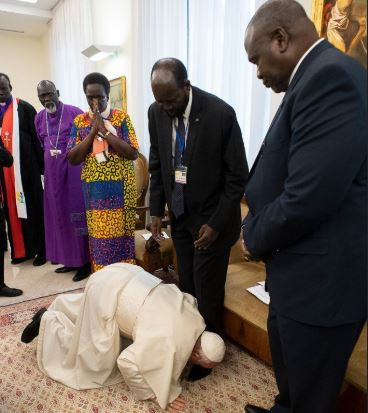Pope Francis Kisses the Feet of South Sudanese Leaders - Photo 9Jaflaver