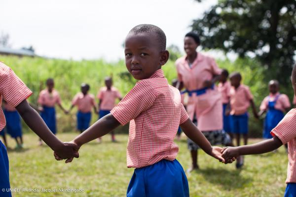 Students performing an outdoor activity in Rwanda - Photo UNICEF
