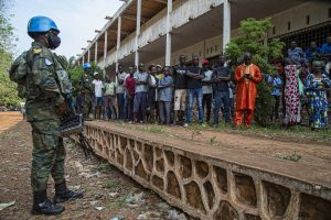 UN Peacekeeper Watches as Central Africans Wait in Long Lines to Vote - Photo UN News