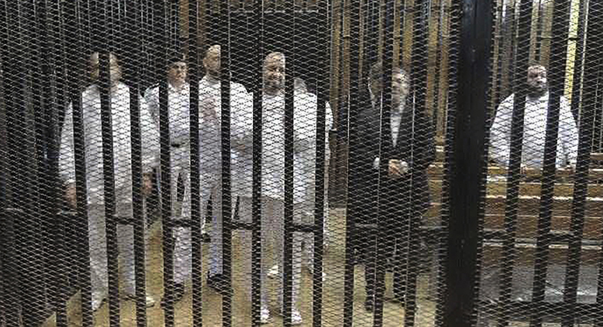 Ex-Egyptian President Mohamed Mursi (2nd R) with other senior figures of the Muslim Brotherhood in a cage in a courthouse on the first day of his trial, in Cairo, November 4, 2013 - Photo Reutes/Stringer