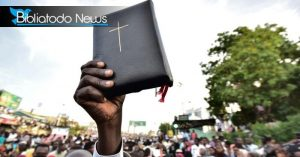 Holding Up the Word of God - Photo Biblia Todo