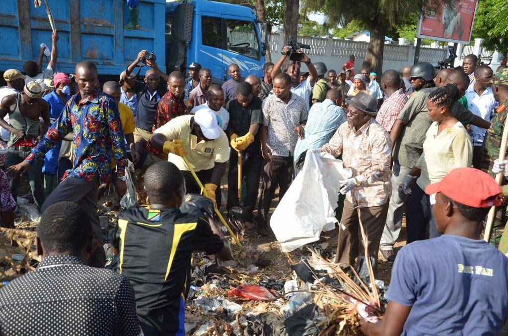 Magufuli Joined Tanzanians in Picking up Trash in the Streets - Photo SAPeople