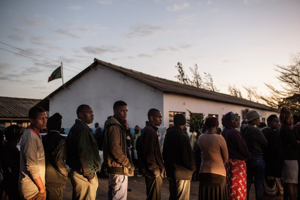 Zambians Lined-up before Dawn to Cast their Ballots in 2016 - Photo Newsweek