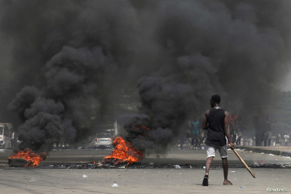 Anti-Gbagbo protesters block a street with burning tires after acquittal in January 2019 - Photo Luc Gnago, Reuters