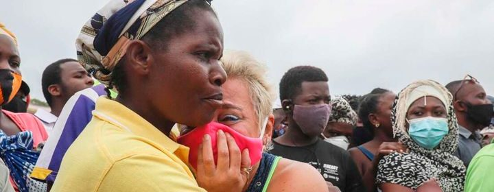A woman in tears as she awaits her son to arrive in Pemba on April 1, 2021, from the boat of evacuees - Photo Alfredo Zuniga, AFP