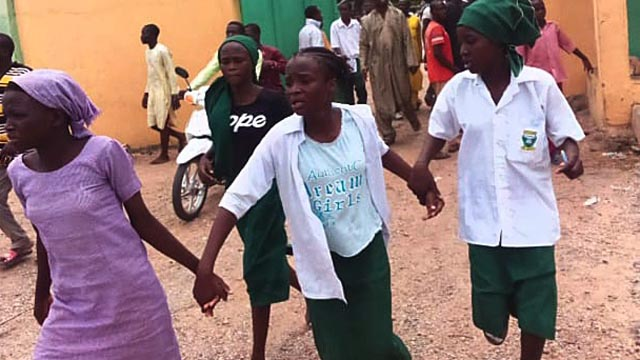 Students Chain to Each Other as Headcount is Underway for their Abdcuted Schoolmates - Photo The Guardian Nigeria