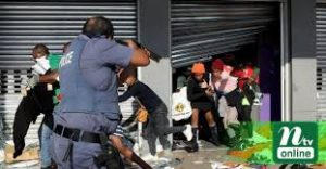 Police Threaten Looters at Gunpoint to Leave Stores or be Shot at - Photo New Founded